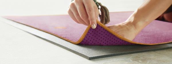 Dùng khăn trải thảm tập yoga hạn chế được việc vệ sinh thảm