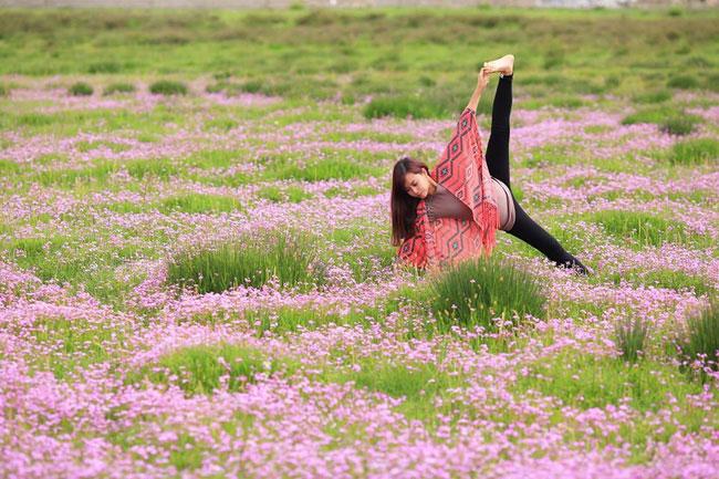 Cô gái tập Yoga tại tất cả những nơi mình đi qua