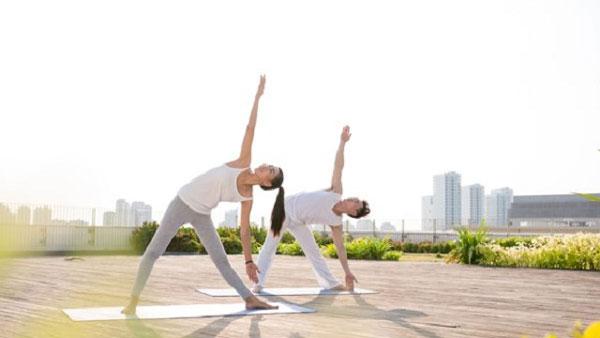 Tư thế yoga tam giác xoạc rộng