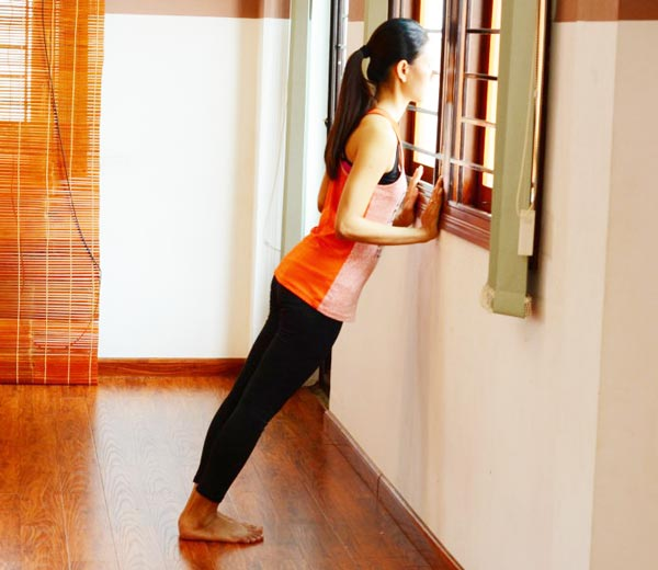 6 bài tập yoga giảm mệt mỏi, căng thẳng cho giới văn phòng - Hạ chân