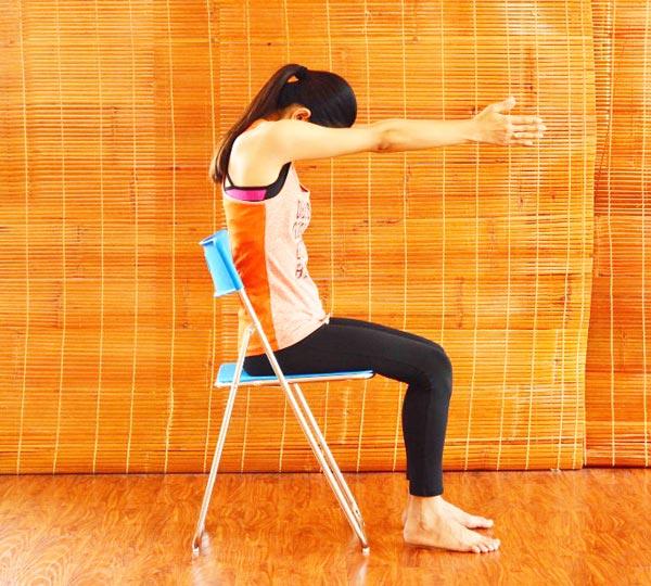 6 bài tập yoga giảm mệt mỏi, căng thẳng cho giới văn phòng - mở rộng lồng ngực 2