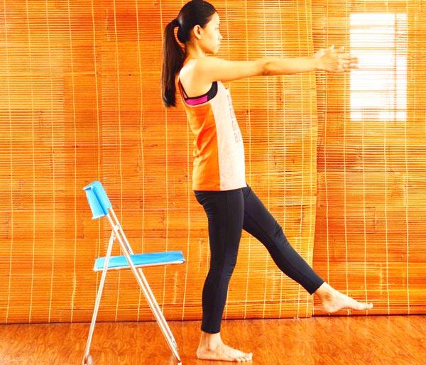 6 bài tập yoga giảm mệt mỏi, căng thẳng cho giới văn phòng - nâng chân 2