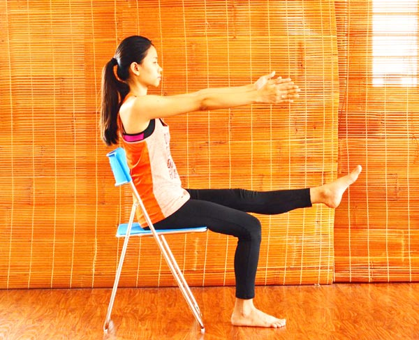 6 bài tập yoga giảm mệt mỏi, căng thẳng cho giới văn phòng - nâng chân 1