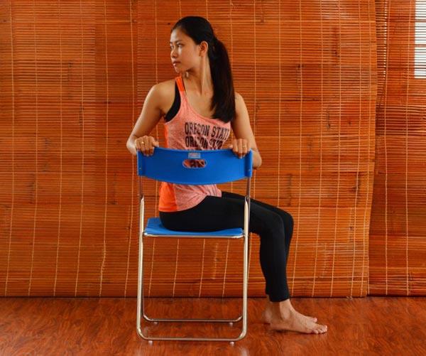 6 bài tập yoga giảm mệt mỏi, căng thẳng cho giới văn phòng - vặn người