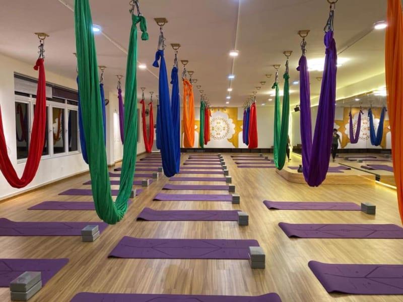 Phòng tập yoga bay với võng